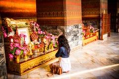 Femme qui rendent hommage à l'image de Bouddha en Wat Pho, Bangkok, Thaïlande Photos libres de droits