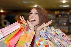 Femme quitté heureux avec des sacs à provisions photographie stock libre de droits