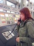 Femme réclamant la navette d'hôtel dans l'aéroport Image stock