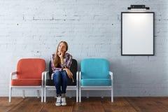 Femme réfléchie dans la chambre avec le cadre Images stock