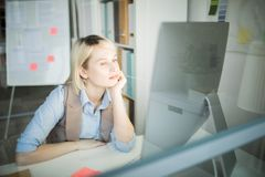 Femme réfléchie de bureau au travail photographie stock libre de droits