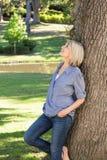 Femme réfléchie en parc Photo stock