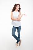 Femme réfléchie heureuse tenant le copyspace sur la paume photographie stock