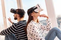 Femme réfléchie songeuse observant le monde de VR Images libres de droits