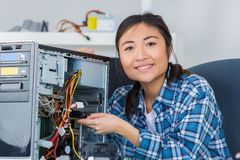 Femme réparant l'ordinateur de composant électronique Image libre de droits