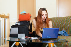 Femme réservant l'hôtel en ligne dans l'Internet Photographie stock
