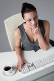 Femme réussi d'affaires au bureau Photos stock