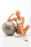 Femme réussi de forme physique avec le blanc de bille d'exercice Image libre de droits