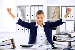 Femme réussie d'affaires ou comptable féminin avec des mains  Photographie stock libre de droits