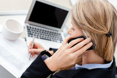 Femme réussie d'affaires parlant au téléphone Photo libre de droits