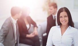 Femme réussie d'affaires se tenant avec son personnel à l'arrière-plan Photos libres de droits