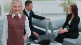 Femme réussie d'affaires se tenant avec son personnel à l'arrière-plan Image libre de droits