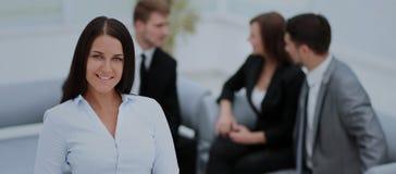 Femme réussie d'affaires se tenant avec son personnel à l'arrière-plan Images libres de droits