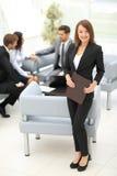 Femme réussie d'affaires se tenant avec son personnel à l'arrière-plan Images stock