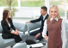 Femme réussie d'affaires se tenant avec son personnel à l'arrière-plan Photo libre de droits