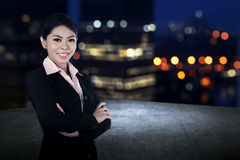 Femme réussie d'affaires sur le dessus de toit Photos stock