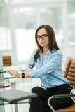 Femme réussie d'affaires sur le lieu de travail dans le bureau moderne Image stock