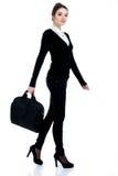 Femme réussie heureuse d'affaires dans le costume noir avec le sac Images libres de droits