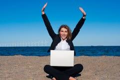 Femme réussie heureuse d'affaires sur la plage, vert Photo libre de droits