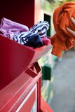 Femme réutilisant des vêtements au côté de vêtement Image libre de droits