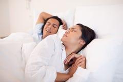 Femme réveillé par l'ami de ronflement Photographie stock
