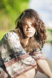 Femme rêvante sensuelle de brune sur le fond Outdoo de nature Images stock