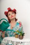 Femme rêveur arrosant les fleurs Photos libres de droits