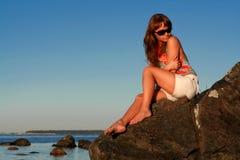 Femme rêveuse dans des lunettes de soleil Images stock