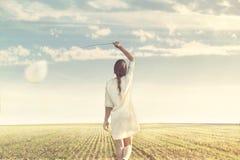 Femme rêveuse marchant vers l'infini avec son ballon blanc Images libres de droits