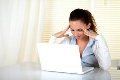 Femme r3fléchissant travaillant sur son ordinateur portatif photos libres de droits