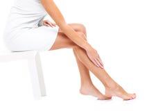 Femme rasant des pattes image libre de droits