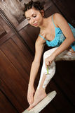 Femme rasant ses jambes Photographie stock