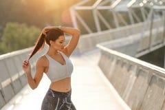 Femme reafy pour la séance d'entraînement urbaine de forme physique photographie stock
