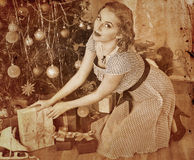 Femme recevant des cadeaux Sépia modifiée la tonalité Photo libre de droits