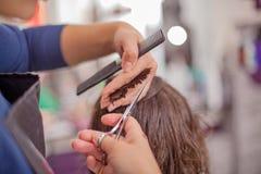 Femme recevant la coupe de cheveux Images stock