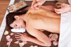 Femme recevant la demande de règlement avec du miel Image stock