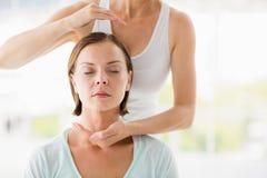 Femme recevant la demande de règlement de massage Photo libre de droits