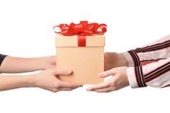 Femme recevant le boîte-cadeau de son ami Photos libres de droits