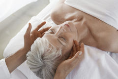 Femme recevant le massage images stock