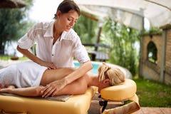 Femme recevant le plein massage de corps à la profession OC de salon de station thermale images libres de droits