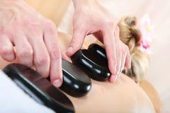 Femme recevant un massage avec la pierre chaude dans une station thermale Images libres de droits