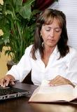 Femme recherchant dans les livres Images libres de droits