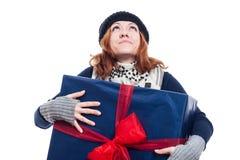 Femme reconnaissante avec le grand présent Photographie stock libre de droits