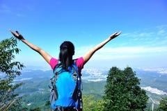 Femme reconnaissante d'alpinisme Photographie stock