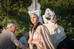Femme rectifié dans des vêtements traditionnels image libre de droits