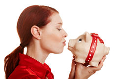Femme Redhaired embrassant un porcin Photos stock