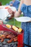 Femme refusant la saucisse grillée Photo stock