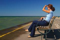 Femme regardant à l'extérieur à l'horizon image libre de droits