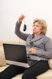 Femme regardant étonnant la souris d'ordinateur photos libres de droits