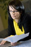 Femme regardant au-dessus des écritures Images libres de droits